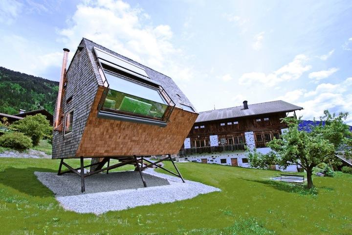 Футуристический дом на склоне