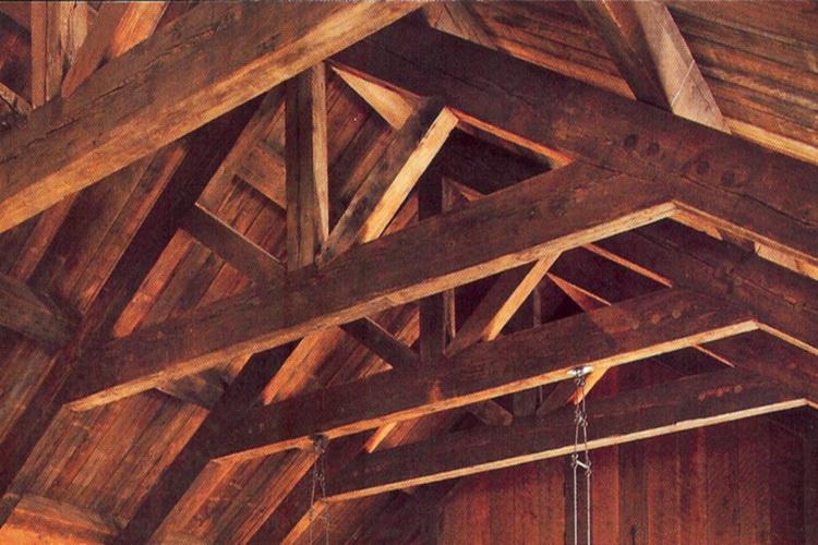 равномерный тон покрытия древесины